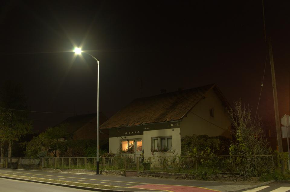 """Umjesto na osvjetljavanje ulice veliki dio svjetla se gubi na osvjetljavanje fasade i terena """"iza"""" rasvjetnog tijela."""