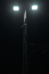 LED svjetiljke koje su postavljene daju temperaturu svjetla veću od 5300 K. Na ovom stupu su obje LED svjetiljke ispravne.