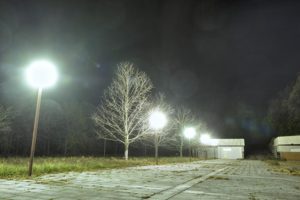 Nepotrebna rasvjeta na potpuno praznom parkiralištu kod spomenika na Petrovoj Gori