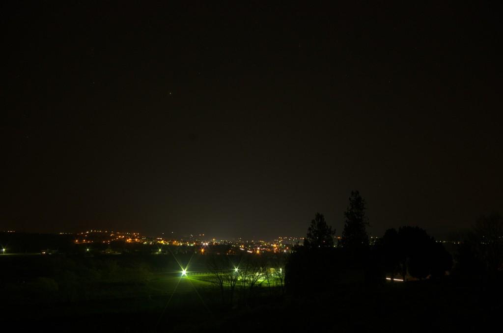 U središtu Daruvara je postavljena bijela LED rasvjeta. Na fotografiji možete primjetiti kako se iznad središta grada (ujedno u sredini fotografije) uzdiže bijelkasti stup svjetla - svjetlosno onečišćenje.