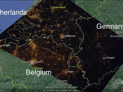 Belgija osvjetljava sve svoje autoceste, Nizozemska samo neke a Njemačka uopće ne. Intenzitet javne rasvjete znatno je niži u Njemačkoj u odnosu na Nizozemsku i Belgiju. Razlika u količini svjetlosnog zagađenja jasno je vidljiva sa Svemirske Postaje.  The border of The Netherlands, Belgium, and Germany at night. Image from an International Astronomical Union press release.