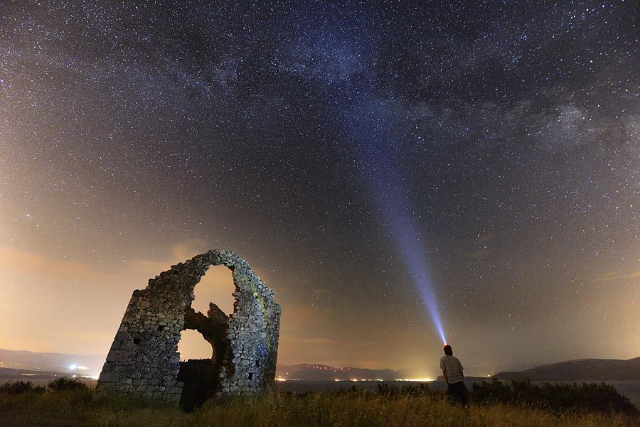 Zbog svjetlosnog onečišćenja Crikvenice i Sleca, Mliječni put sa Krka jedva je vidljiv.